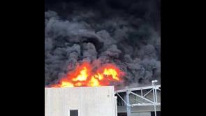 Le spaventose immagini dell'incendio nel deposito di plastica ad Airola