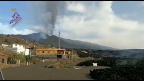 Eruzione a La Palma, la lava continua a scorrere lateralmente sulla LP-2