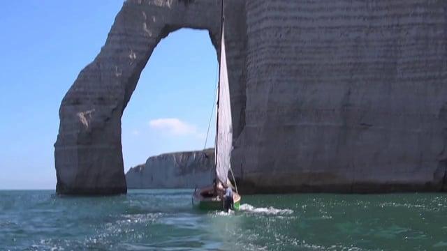 La mer en face : Le Billie Jane passe sous l'arche