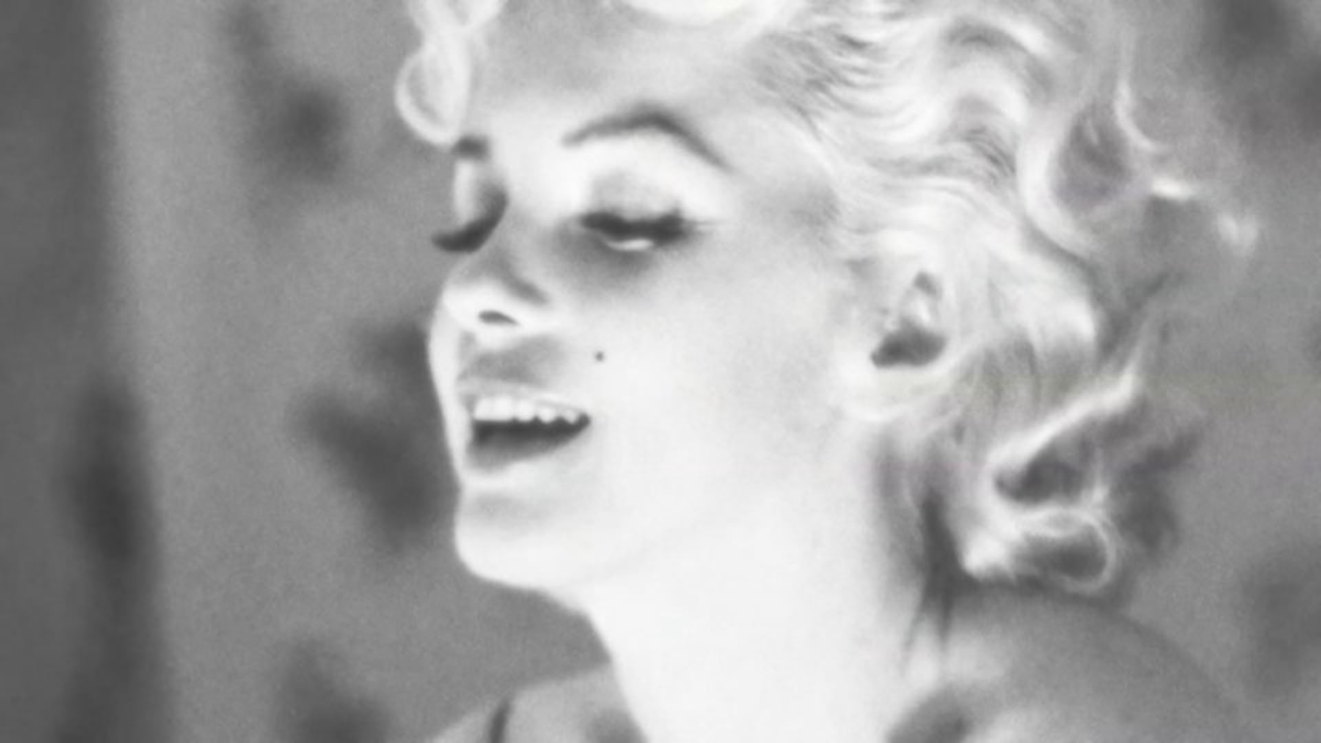 """""""What do you wear to bed ?""""... Chanel N°5 by Marilyn Monroe."""
