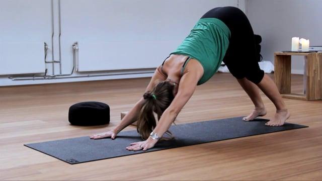 Dynamische Vinyasa yoga met Coral Brown