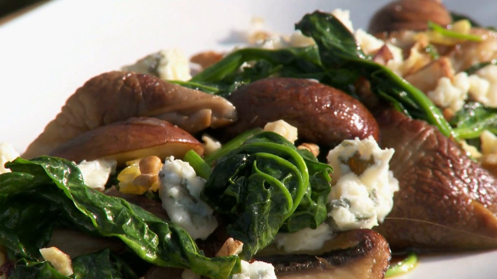 Angelique Schmeinck maakt lauwwarme spinazie salade met blauwe kaas