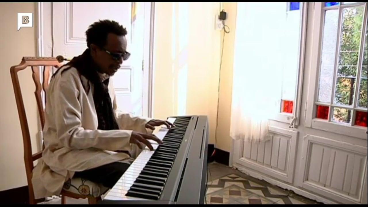 Abazar Hamid, cantautor sudanès a Jiwar. Col·laboració amb el PEN.