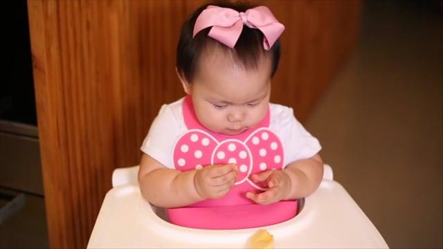 吃東西的Riley寶貝8M