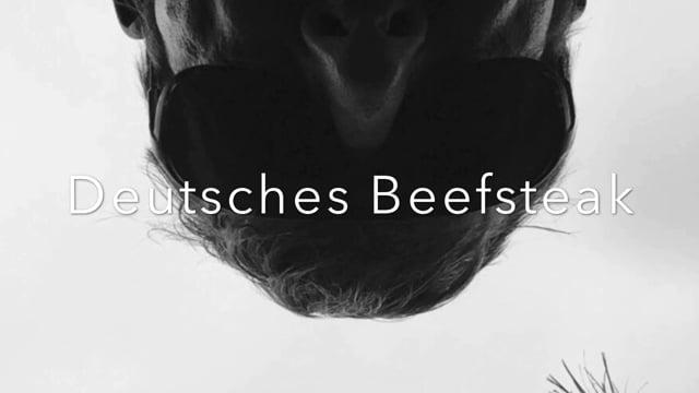 Deutsches Beefsteak mit Rotkohl und Salzkartoffeln