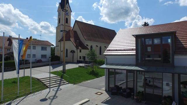 bb 000013 Bayerbach Brunnen und Kirche