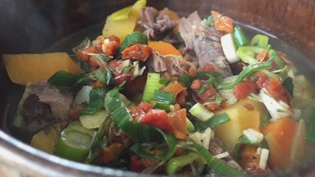 Kochgruppe mit gegrillter Birne und Steckrübeneintopf mit Gremolata