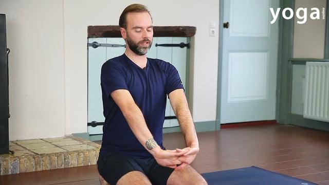 Yogaoefening tegen stijve schouders