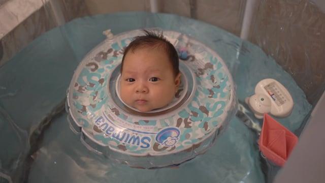 Ryder新生兒在家游泳