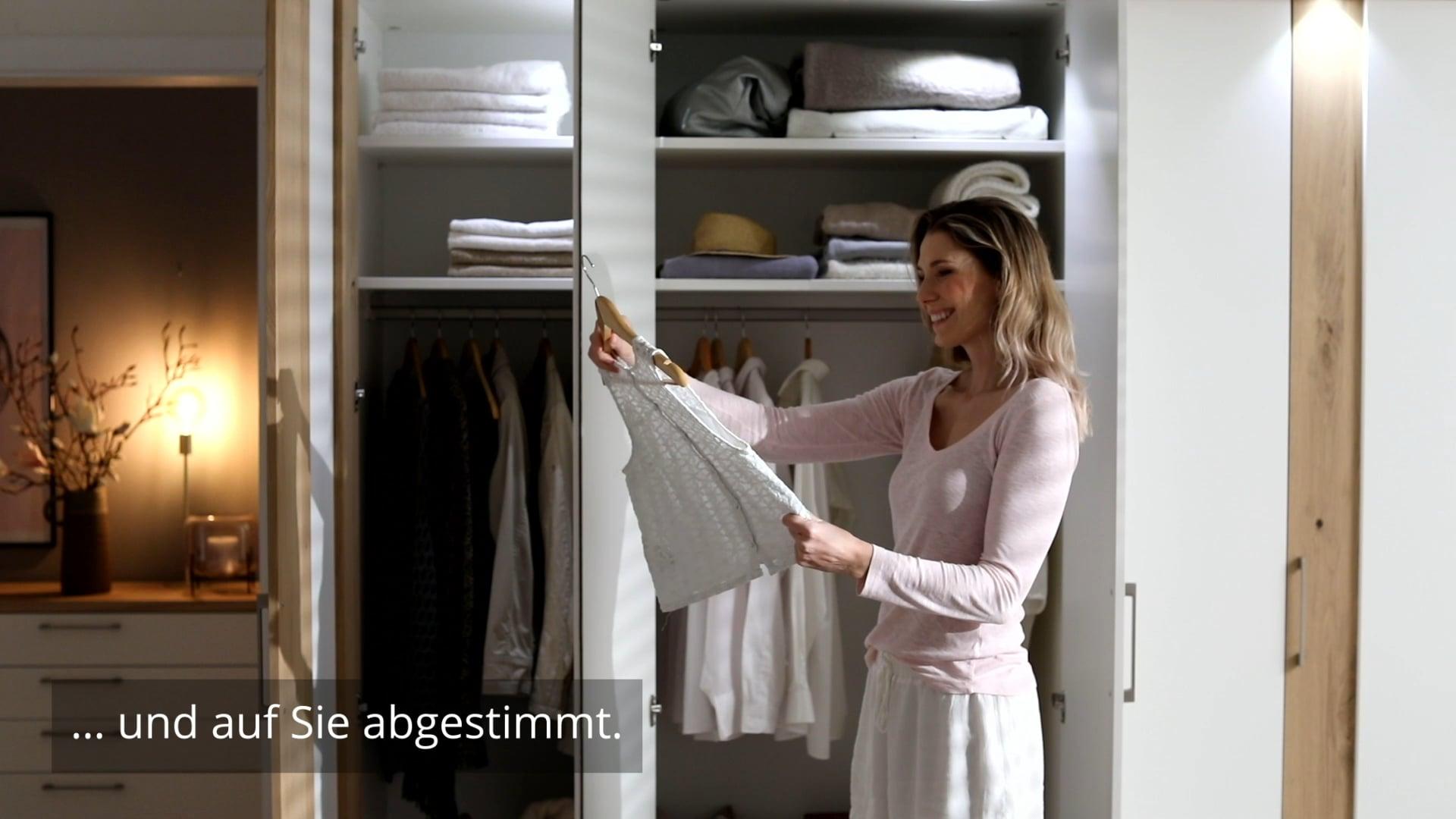<p><u>Schlafzimmer-Programm Cali</u><br /> Perfekt durchdacht und auf Sie abgestimmt - Das ist das Programm Cali!&nbsp;Die hochwertigen Lackoberfl&auml;chen in Kombination mit ausgesuchtem Eichenfurnier&nbsp;und eine vielf&auml;ltige Innenausstattung machen den Kleiderschrank zu einem Stauraumwunder. Das Bett ist mit 2 verschiedenen Kopfteilen erh&auml;ltlich und das umfangreiche Angebot aus Kommoden l&auml;sst keine W&uuml;nsche offen.&nbsp;</p>