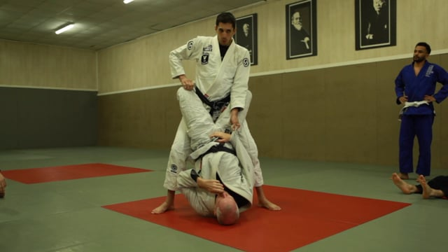 Passages 2) Ouverture de garde fermée avec le genou entre les jambes