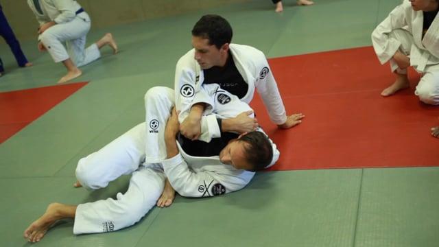 Bases17 19) Prise de dos quand l'adversaire essai de sortir de montée en pontant.