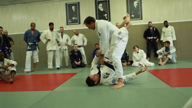 Bases17 4) Renversement «muscle sweep» dans la garde fermée contre un adversaire qui se lève.