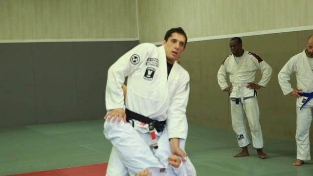 Bases17 5) Ouverture de garde fermée en se levant et en poussant les genoux.