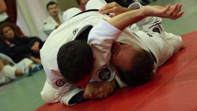 Bases17 17) Étranglement arm triangle à partir du contrôle épaule en montée.