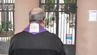 arcivescovo-di-benevento-prega-davanti-al-cimitero