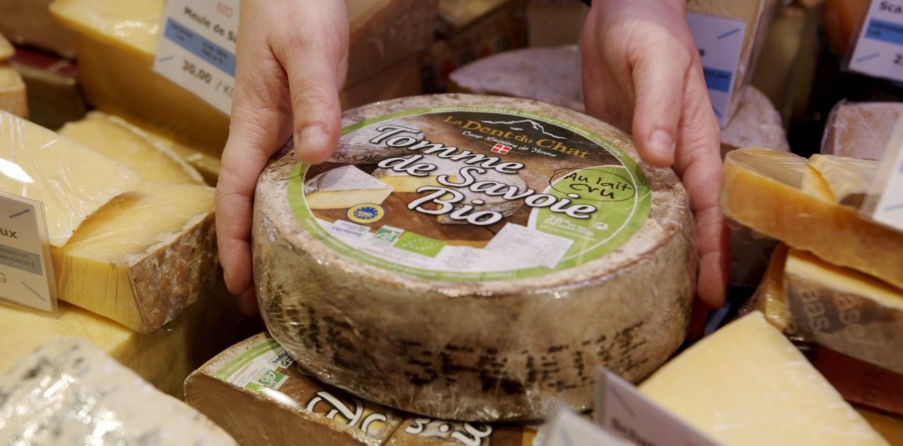 Genießen Sie die unterschiedlichsten Käsesorten aus Bio-Qualität aus unserer Frische-Theke, wie zum Beispiel unser Tomme de Savoie und gestalten Sie damit wundervolle Rezepte.