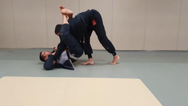 Ouvrir la garde fermée de son adversaire en rentrant le genou