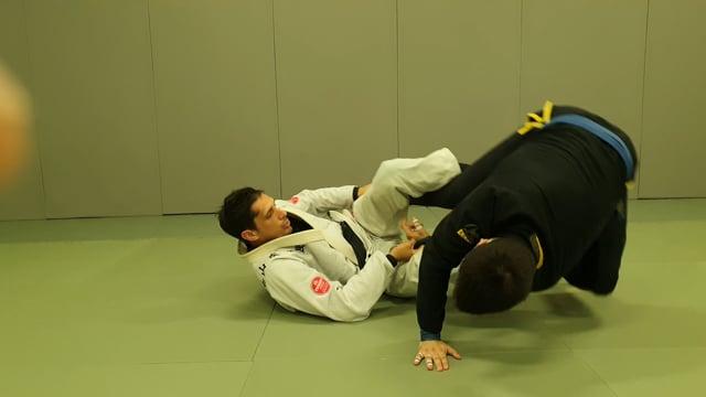 Renversement en delariva et lasso, kick au niveau du genou