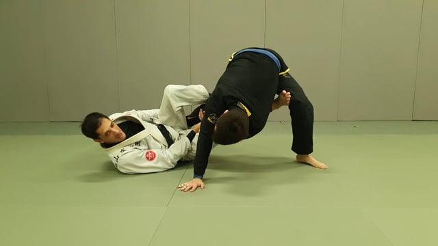 Renversement lasso sur un adversaire debout en poussant avec le pied sur la hanche
