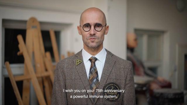 Silnou imunitu a pevné nervy přeje AMU do dalších let současný vedoucí Katedry alternativního a loutkového divadla, pedagog a režisér Braňo Mazúch.