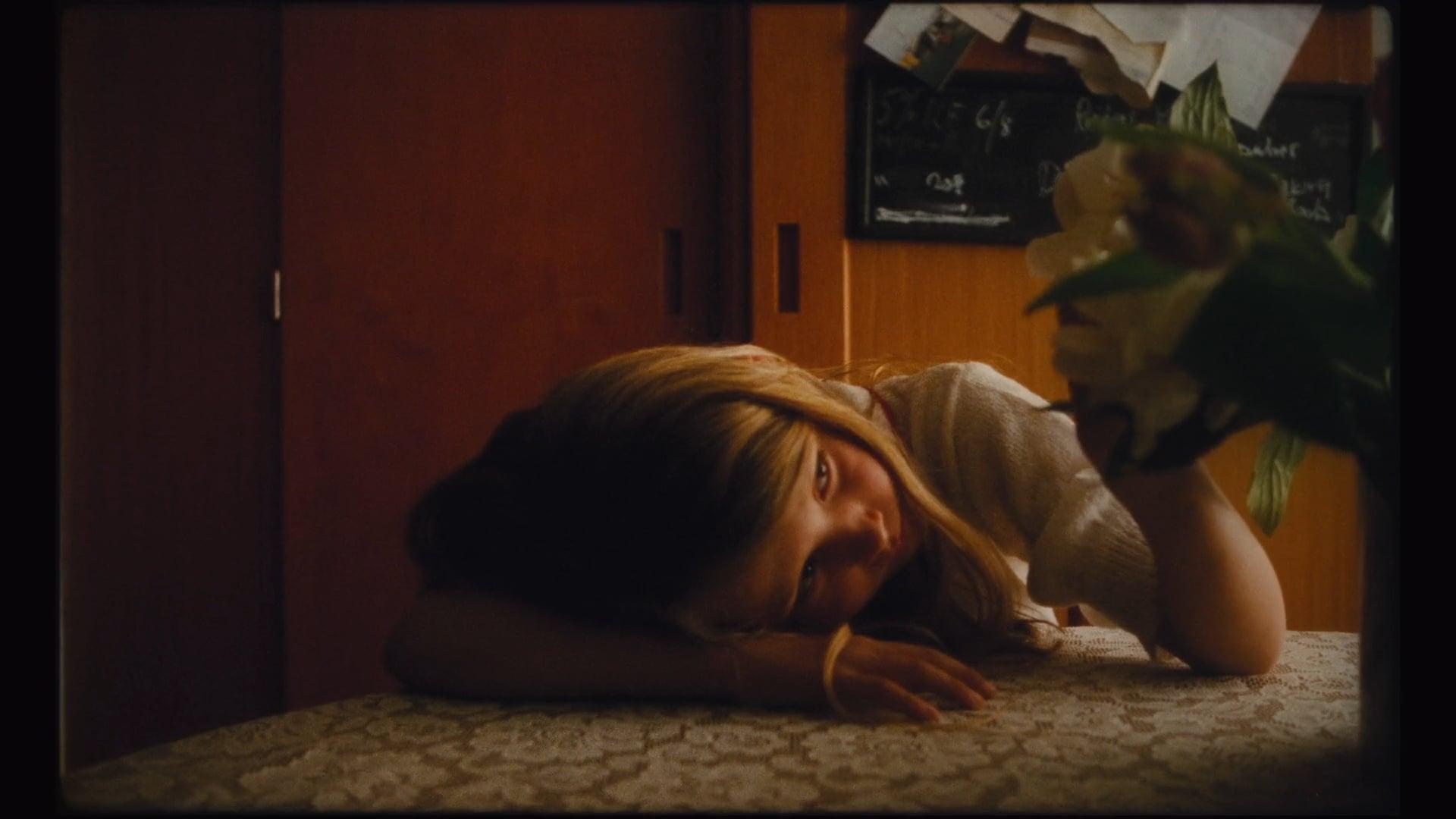 IKEA - Hon som torkar tårar över telefonen