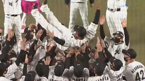 【引退セレモニー】マリーンズ・細川亨がチームメイトから胴上げされる