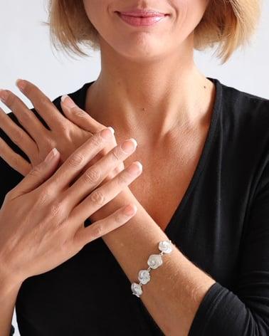 Video: Bracelet en fleur de nacre blanche effet spirale sur chaîne argent 925