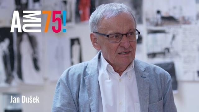 Profesor Jan Dušek se stal pedagogem DAMU již v roce 1978, od roku 1992 pak působí jako vedoucí Katedry scénografie. V roce 1993 byl jmenován profesorem CAT Sevilla, vyučoval na Central School of Speech and Drama v Londýně, scénografie navrhoval pro inscenace v divadlech v Monte Carlu, v Los Angeles, v Düsseldorfu a jinde.